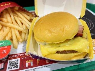 【実食】黄金の月見バーガー!ふわっふわバンズと濃厚チーズが衝撃のおいしさ!