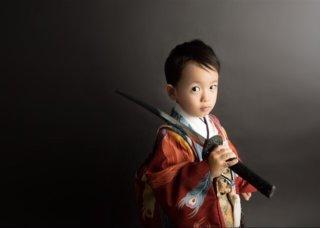 【七五三モデル撮影】2歳の男の子が本格的な刀、袴を着てみると…