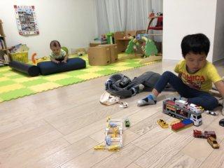 2歳差兄弟のケンカ…お兄ちゃんファースト作戦でちょっと緩和!?