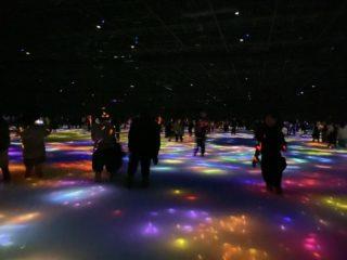 新豊洲「チームラボプラネッツ」は、くつろぎながら楽しめるアート空間