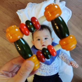【0歳5カ月】振って、握って、お口でぺろぺろ。初めてのおもちゃ