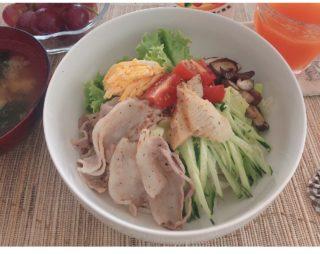 家にあるアレとアレを混ぜたタレで栄養もボリュームも満点サラダうどん