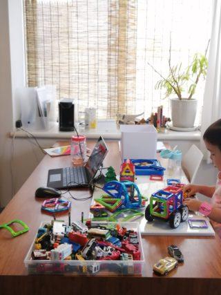 在宅勤務中の自宅保育はこんな感じ。マグフォーマー、絵の具などなど