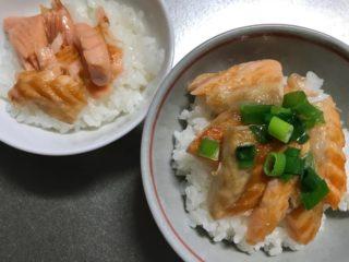 調味料不要、焼くだけ簡単なのに子どもウケ最高「サーモンハラス丼」
