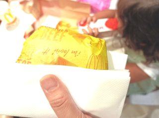 2歳娘がマクドナルドでチーズバーガーをまるごと落とした!まさかの神対応